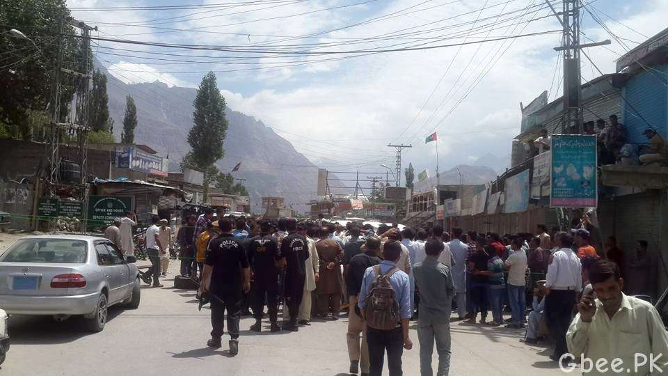 sit-in-hunza-aliabad-load-shedding-mueez-shah-01